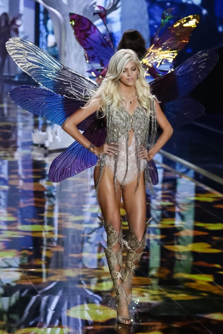devon-windsor-pour-le-victoria-s-secret-fashion